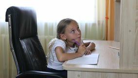 Het jonge meisje denken zit op zwarte stoel door bureaulijst binnen Terug naar het Concept van de School Witte Kaukasische meisje stock afbeeldingen