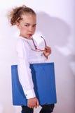 Het jonge meisje dit houdt een documentomslag in hand Stock Afbeelding