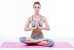 Het jonge meisje doet yoga Stock Afbeeldingen