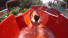Het jonge meisje duikt in zwembad stock footage