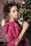 Het jonge meisje in een middeleeuwse kleding met nam toe Royalty-vrije Stock Foto