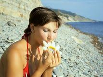 Het jonge meisje eet meloen Stock Foto's