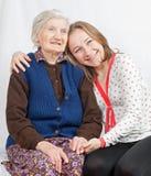 Het jonge meisje en de oude vrouw Stock Fotografie