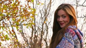 Het jonge Meisje flirt stock footage