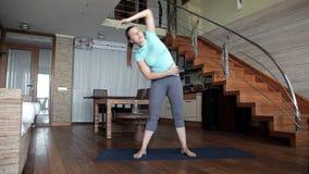 Het jonge meisje gaat binnen voor sporten thuis gezondheid stock videobeelden