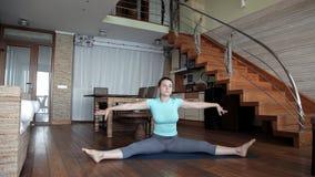 Het jonge meisje gaat binnen voor sporten thuis gezondheid stock footage