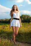 Het jonge meisje gaat op een bossleep Stock Foto