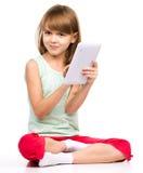 Het jonge meisje gebruikt tablet royalty-vrije stock fotografie