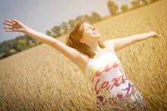 Het jonge meisje geniet van bij zonnige dag Royalty-vrije Stock Fotografie
