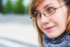 Het jonge meisje in glazen Stock Foto's