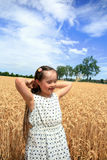 Het jonge meisje heeft pret op tarwegebied Stock Foto's