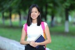 Het jonge meisje in het park loopt gang royalty-vrije stock afbeeldingen