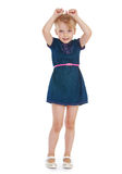 Het jonge meisje hief omhoog haar handen op Stock Fotografie