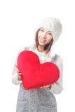 Het jonge meisje houdt een hoofdkussen van het liefdehart Royalty-vrije Stock Foto's