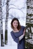 Het jonge meisje kijkt uit van de boom Stock Foto's