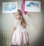 Het jonge meisje kleedde zich als engel Royalty-vrije Stock Afbeeldingen