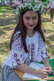 Het jonge meisje kleedde zich in traditionele Roemeense geroepen blouse D.W.Z. stock foto's