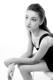 Het jonge meisje kleedde zich in zwarte Royalty-vrije Stock Afbeelding
