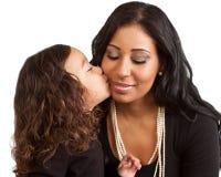 Het jonge meisje kust haar moeder Stock Afbeelding