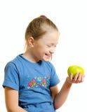 Het jonge meisje lacht, houdend appel in hand royalty-vrije stock afbeelding