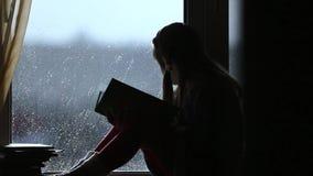 Het jonge meisje las het boek stock video