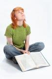 Het jonge meisje las het boek op wit royalty-vrije stock afbeeldingen