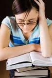 Het jonge meisje leest een boek Stock Afbeeldingen