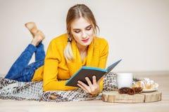 Het jonge meisje leest een boek Het concept levensstijl, de herfst, w Stock Foto