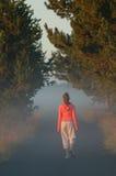 Het jonge meisje lopen Stock Afbeeldingen