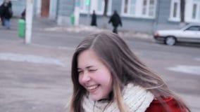 Het jonge meisje luid lachen uit stock video