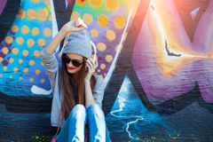Het jonge Meisje luistert aan Muziek in Witte Hoofdtelefoons Royalty-vrije Stock Foto's