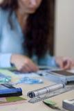 Het jonge meisje maakt Plakboek royalty-vrije stock foto