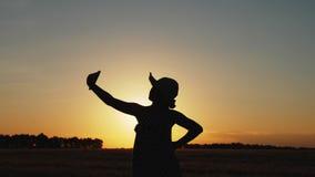 Het jonge meisje maakt selfie bij zonsondergang stock footage