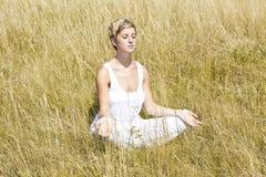Het jonge meisje mediteren royalty-vrije stock fotografie