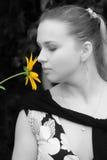 Het jonge meisje met bloem Stock Foto's