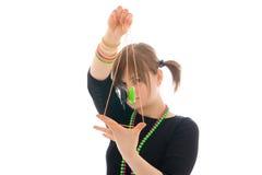 Het jonge meisje met de jojo die op een wit wordt geïsoleerdi Royalty-vrije Stock Foto's