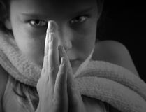 Het jonge Meisje met dient Gebed in Stock Afbeeldingen