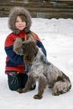 Het jonge meisje met een hond Stock Afbeeldingen