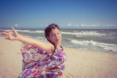 Het jonge meisje met ogen sloot het genieten van van zon en wind Royalty-vrije Stock Afbeelding