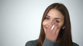 Het jonge meisje met steunen op tanden werpt terug haar hoofd en verschijnt in het kader Jong meisje die met steunen op tanden ca stock videobeelden