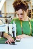 Het jonge meisje naaien Stock Afbeelding