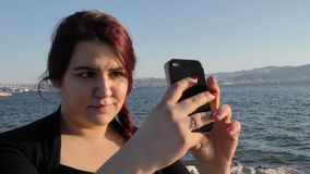 Het jonge Meisje nam Selfie met Cellphone dichtbij het Overzees stock video