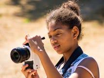 Het jonge meisje neemt een beeld Royalty-vrije Stock Fotografie