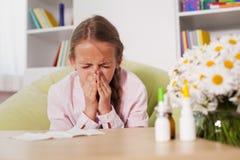 Het jonge meisje niezen thuis met keukenrol trof voorbereidingen om hij te blazen Stock Afbeeldingen