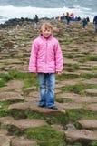 Het jonge meisje onderzoekt stock afbeelding