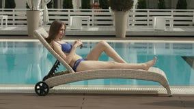 Het jonge Meisje Ontspannen bij de Pool stock footage