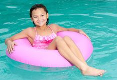 Het jonge meisje ontspant in zwembad Stock Foto's