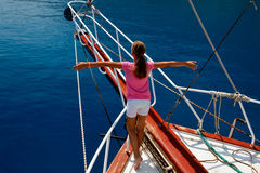 Het jonge meisje op de boot met dient een denkbeeldige vlucht in Stock Foto's