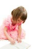 Het jonge meisje in roze trekt door potlood Stock Foto's
