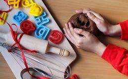 Het jonge meisje ` s overhandigt het kneden deeg Kokende traditionele Pasen-koekjes Pasen-voedselconcept royalty-vrije stock fotografie